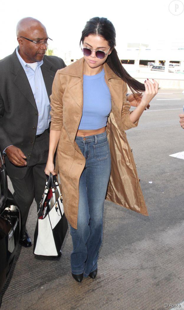 En tant que reine du style, Selena Gomez a adopté le crop top.
