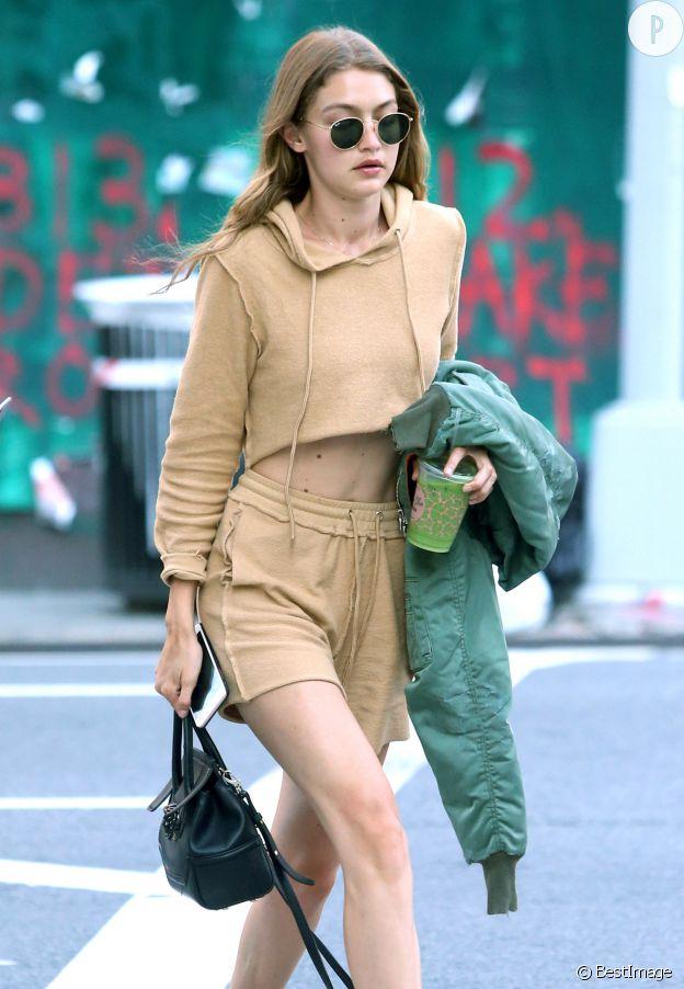 Gigi Hadid préfère un look sportswear pour porter son crop top.