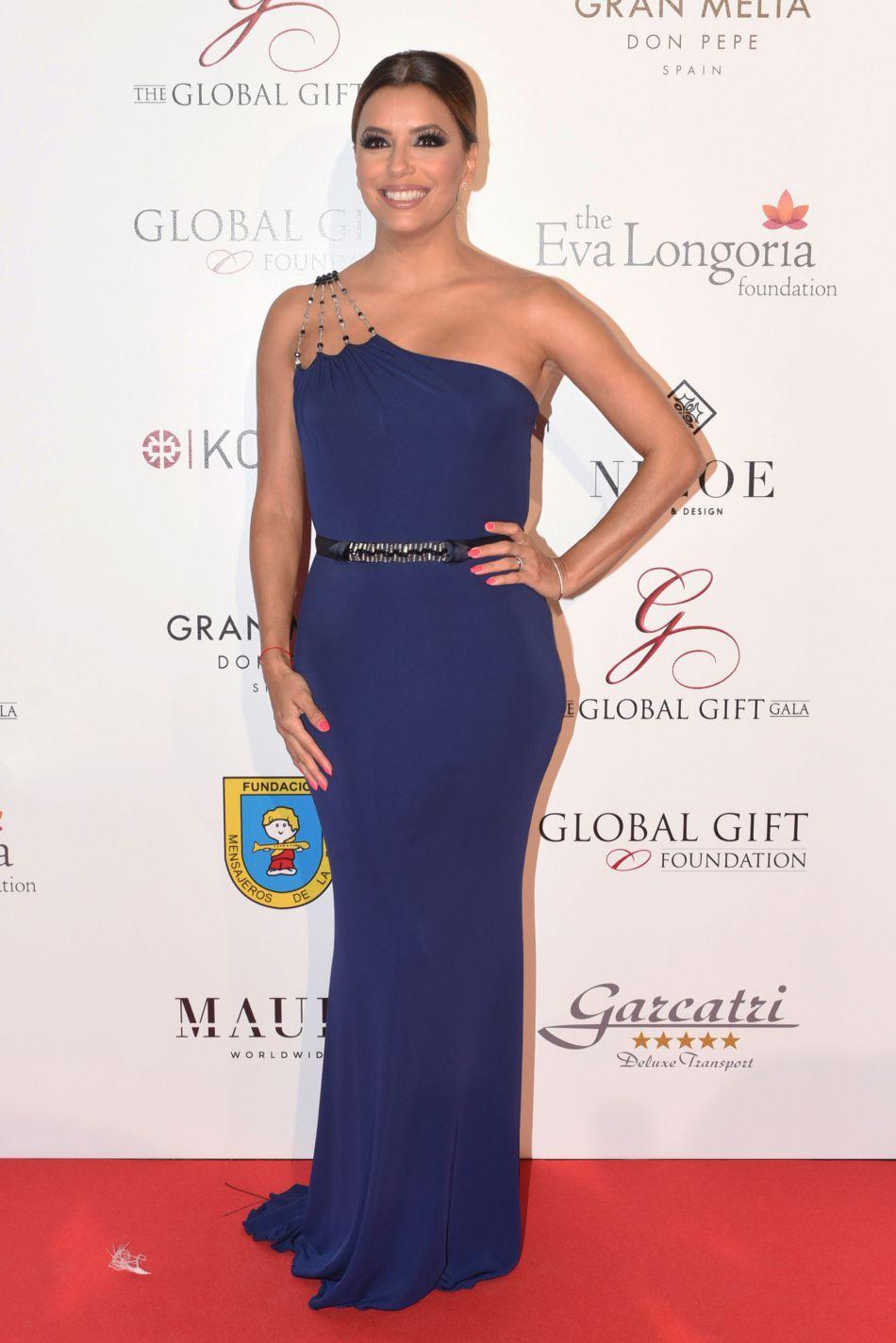 Elle profite aussi de sa venue en Espagne pour organiser des galas de charité.