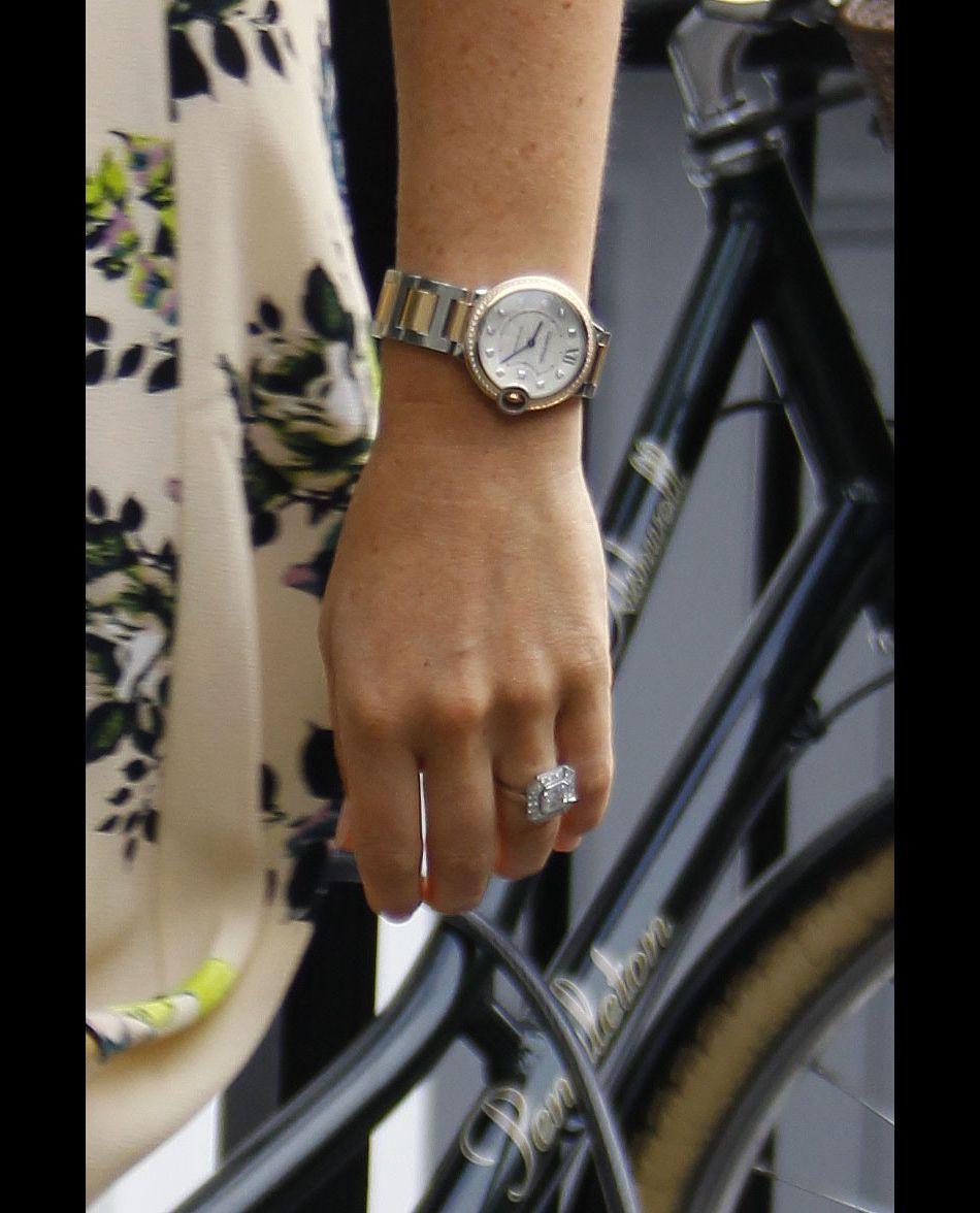 De la collection Ballon Belu de Cartier, la montre a coûté 17 400 euros :  en argent et or rose 18 carats elle est  serti de 50 diamants pour un total de 0,63 carats.