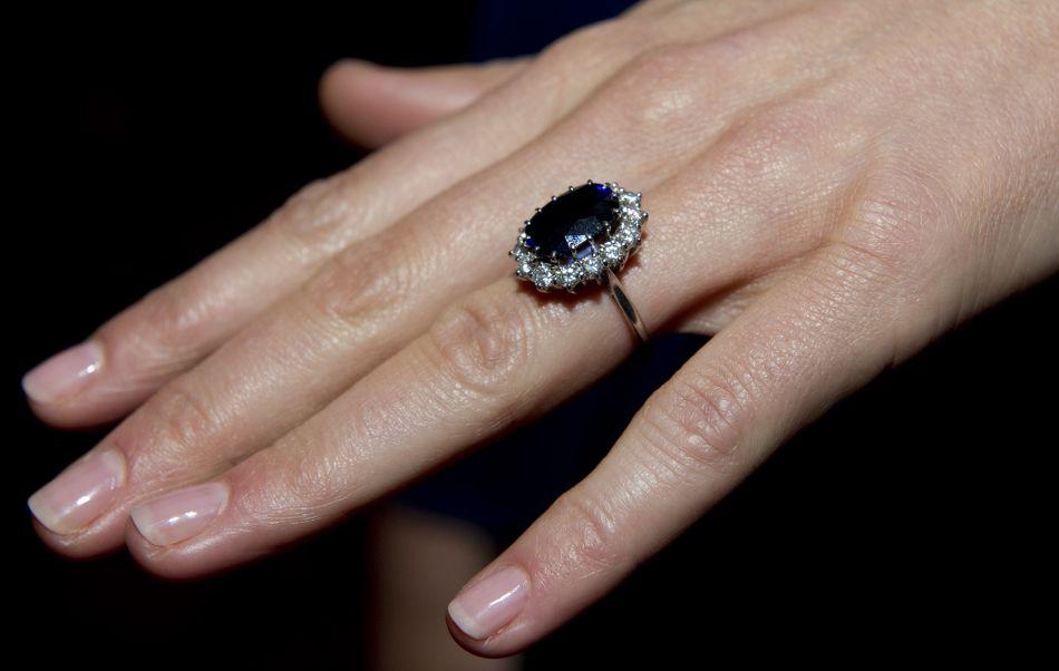 La bague de Kate Middleton appartenaut à la princesse Diana : elle estestimée à environ 128 500 euros.