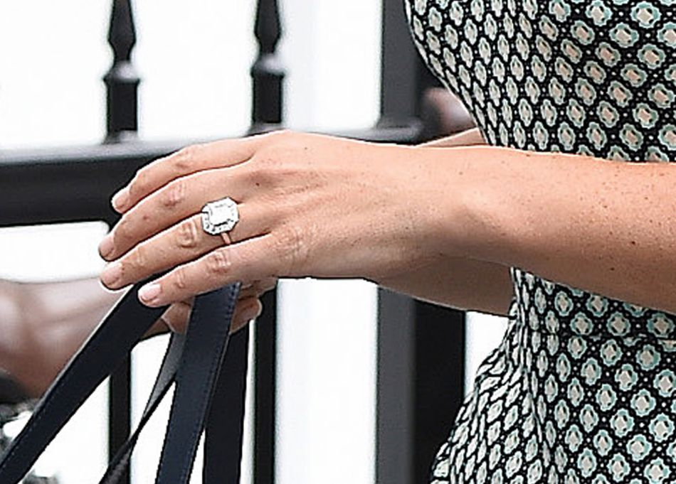 James Matthews, son fiancé, lui a offert une pierre de 3 carats sertie de petits diamants et évaluée à plus de 290 000 euros.