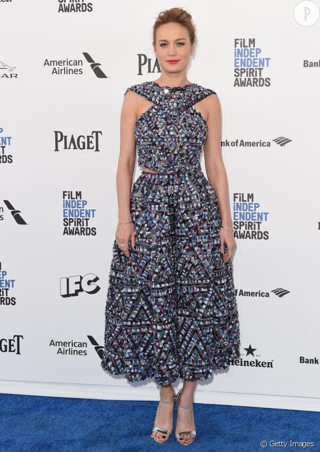 Dans sa petite robe Chanel, Brie Larson joue la carte de la féminité.