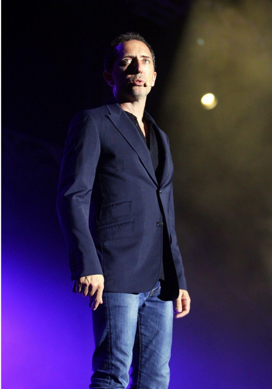 En pleine tournée américaine, il n'hésite pas à faire des allers-retours entre New York et Monaco pour voir son petit Raphael, fruit de sa relation avec Charlotte Casiraghi.