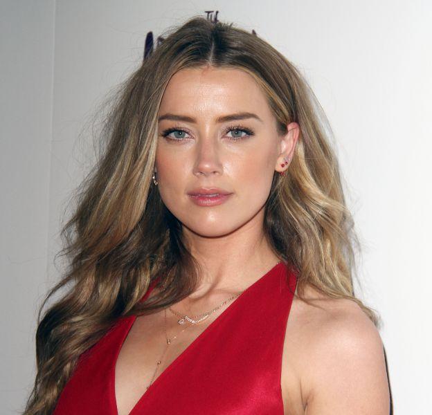 Selon TMZ, Amber Heard est persuadée que Johnny Depp fait tout pour ralentir le divorce.
