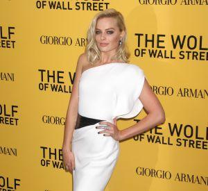 Avec cette robe blanche longue, Margot Robbie est sexy, mais élégante aussi.