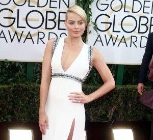 Avec cette robe Gucci ouverte le long de la cuisse, Margot Robbie fait le show aux Golden Globes.