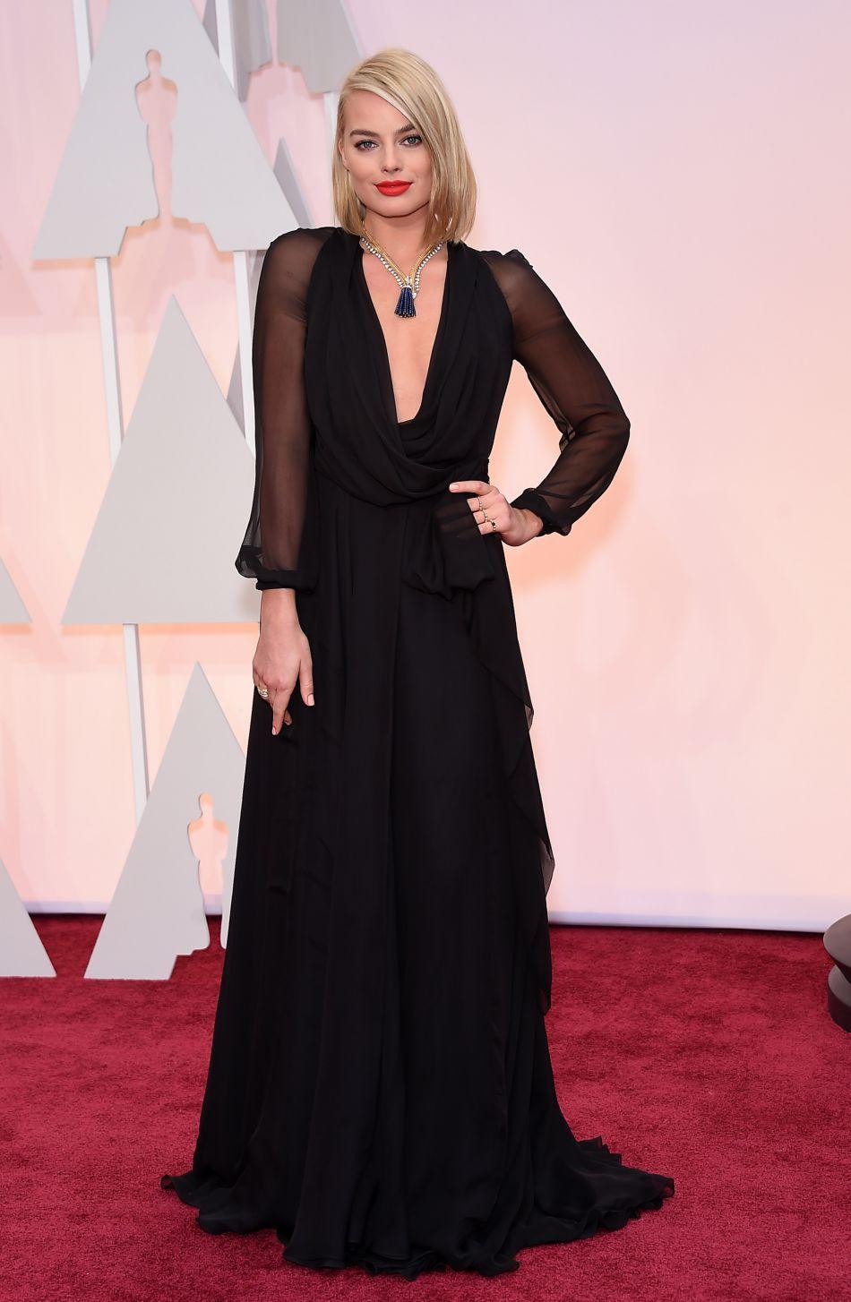 Chic et élégante en robe Saint Laurent, Margot Robbie nous subjugue.