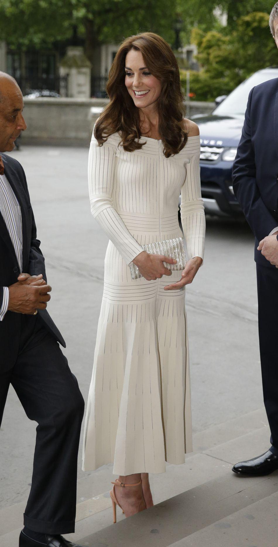 Kate Middleton très chic dévoile ses épaules le 6 juillet 2016.