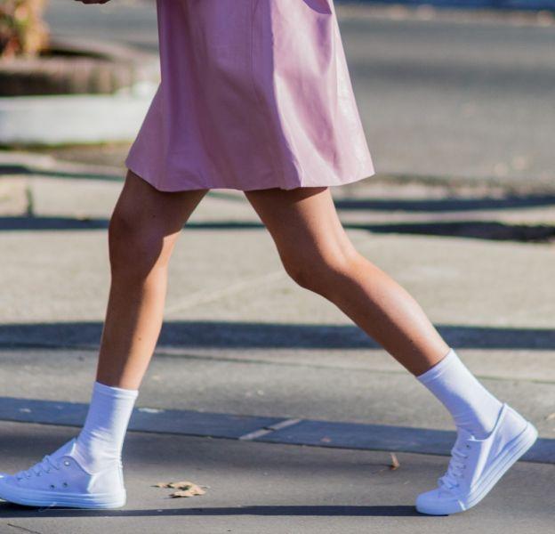 La chaussure blanche est le it de l'été.