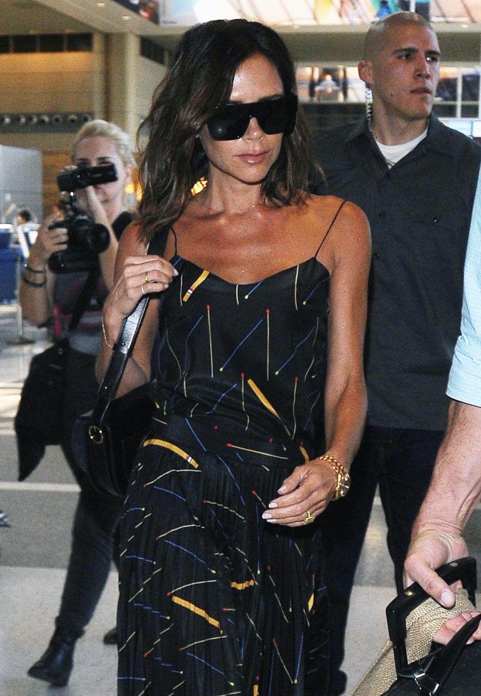Victoria Beckham est plus stylée que jamais à l aéroport de L.A. le 31  juillet d54741336f49