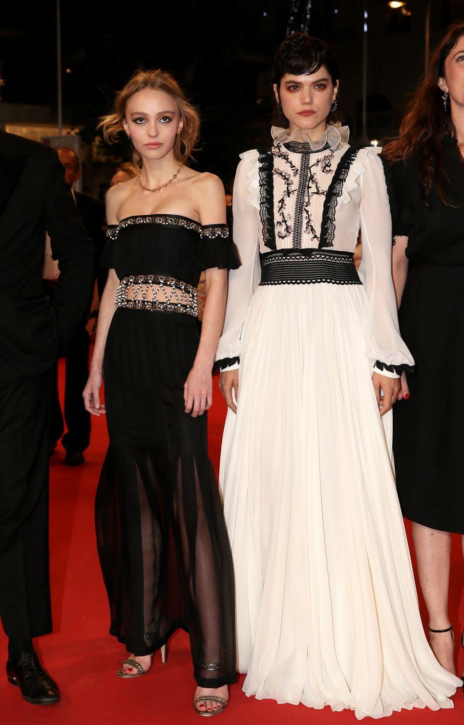 Lily-Rose Depp a déjà fait une apparition à Cannes. Elle marche dans les pas de ses illustres parents.