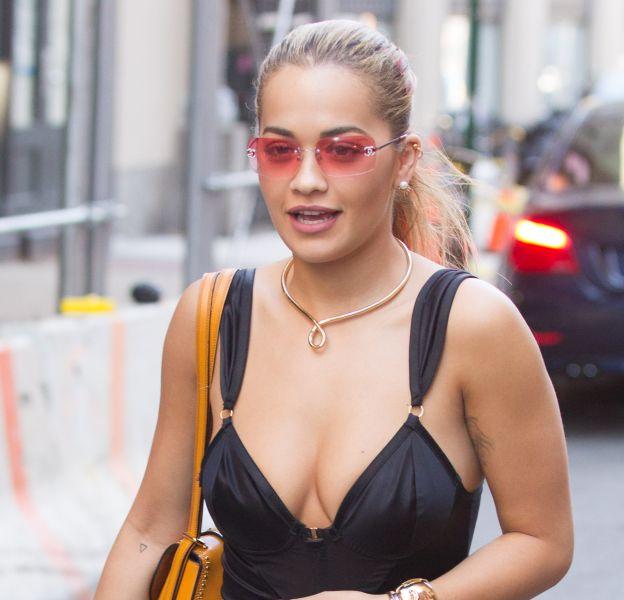 Rita Ora signe un look osé dans les rues de New York.