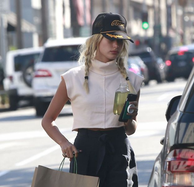 Hailey Baldwin a prouvé son potentiel de it girl en devenir dans le rues de Los Angeles hier.