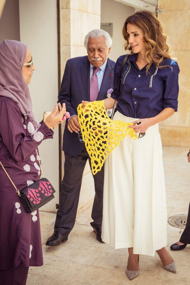 Rania de Jordanie à Amman, dans un joli look composé d'une jupe-culotte.
