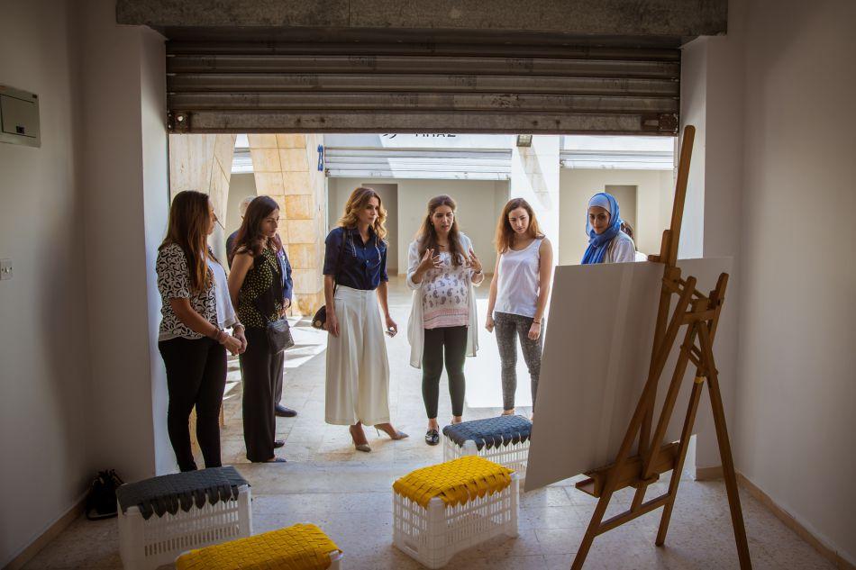 Rania de Jordanie, en pleine étude de l'avancée des préparatifs de la première semaine du design d'Amman.