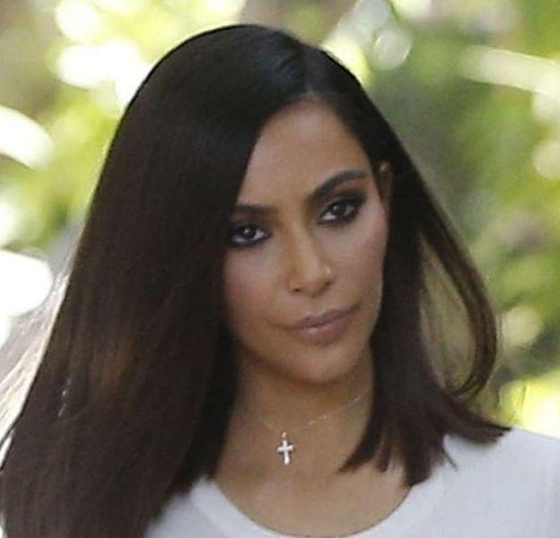 """Pas de vacances pour Kim Kardashian : la sulfureuse brune a été aperçue en plein tournage de son émission de télé réalité """"Keeping up with the Kardashians""""."""