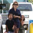 Elle passe le plus clair de son temps libre en compagnie de ses deux enfants nés de son union avec le chanteur Marc Anthony.