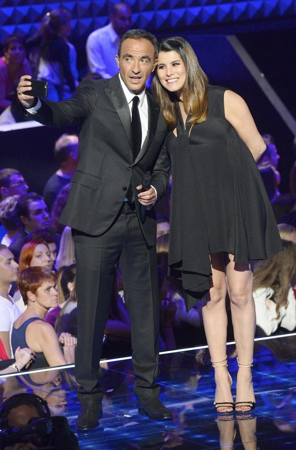 """Alors enceinte, elle a continué à co-présenter """"The Voice"""" avec Nikos Aliagas jusqu'à la fin de la saison !"""