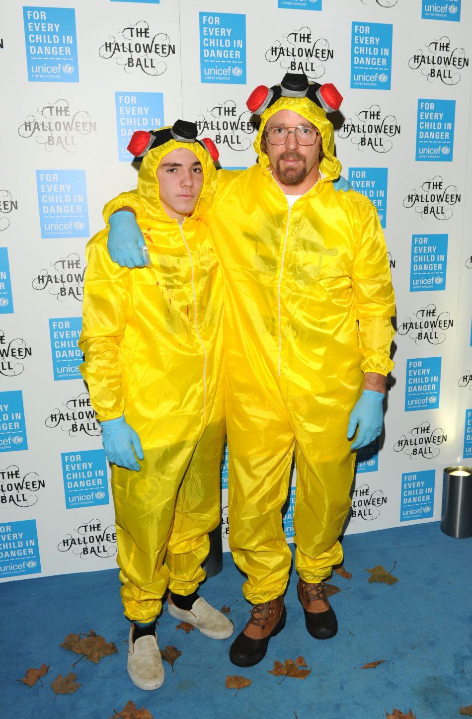 Les deux hommes semblent complices. Ici ils étaient déguisés pour Halloween !