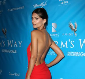 Emily Ratajkowski en tanga face à son miroir : ses fesses enflamment Instagram