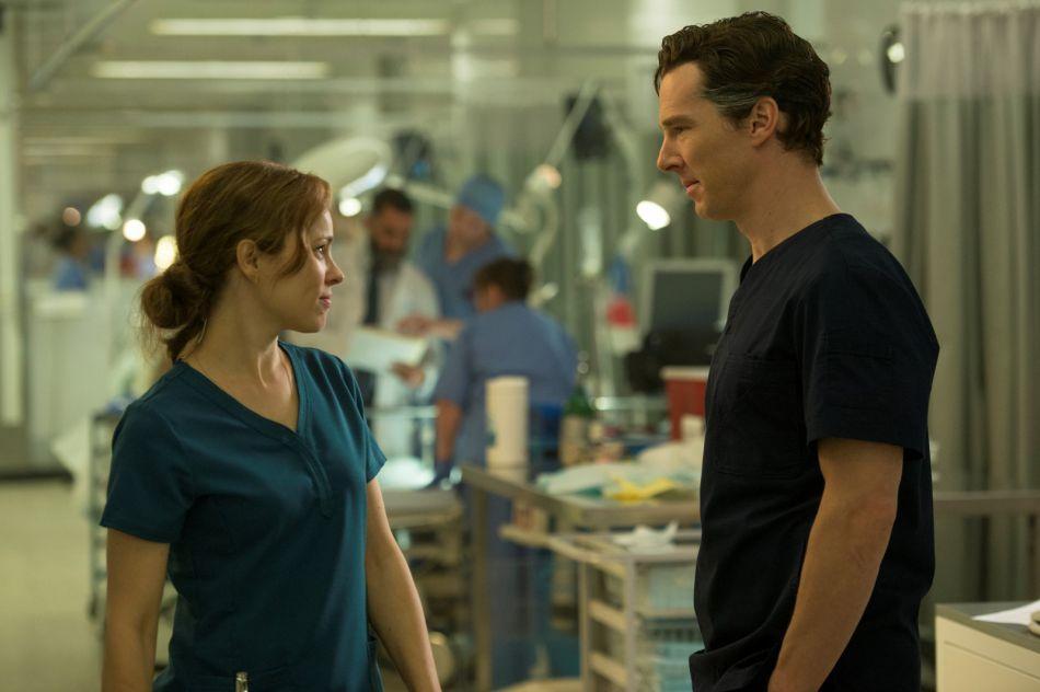 Chirurgien surdoué, Stephen Strange se pense au-dessus de son entourage, notamment de Christine qui elle, l'aime.
