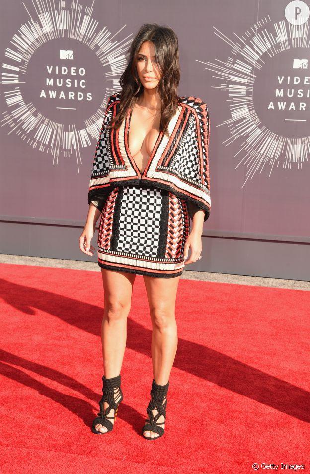 Dans sa robe Balmain au grand décolleté, Kim Kardashian a enflammé le tapis rouge des VMA.