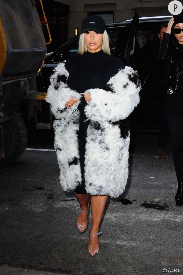 Cheveux blonds et fourrure XXL, Kim Kardashian n'a pas peur de se faire remarquer.