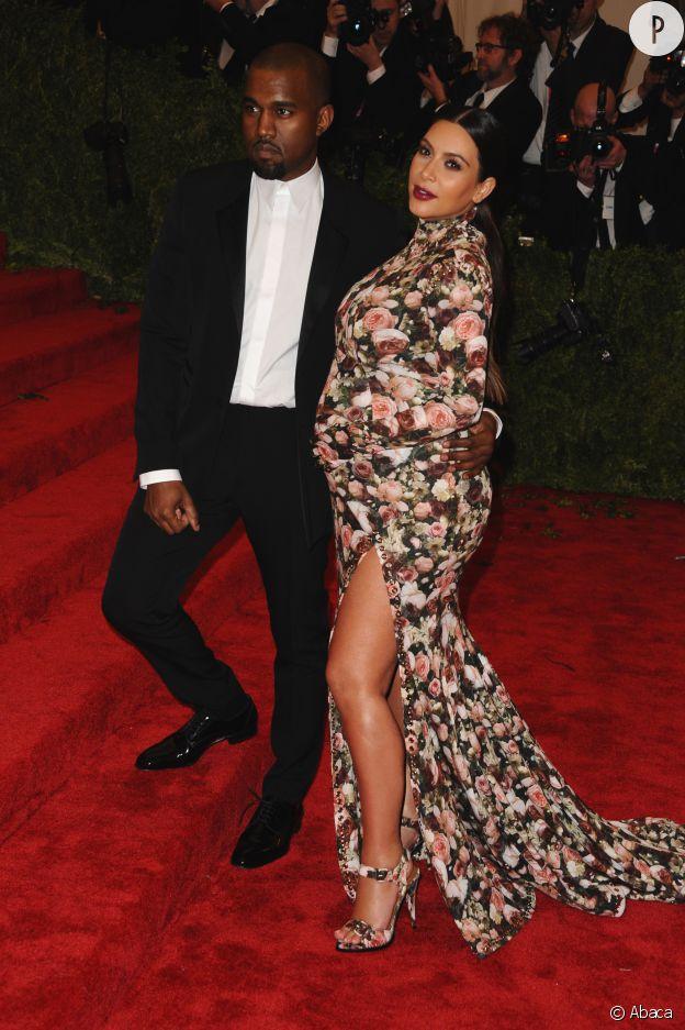 Dans sa robe fleurie, Kim Kardashian a osé l'imprimé sur le tapis rouge du MET.