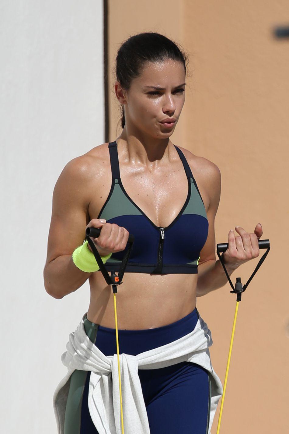Le top Adriana Lima en shooting à Miami