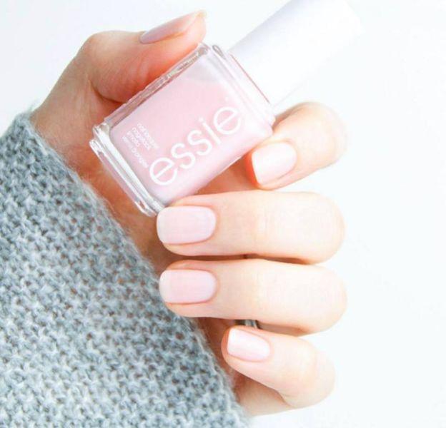 Rose, prune ou bleu, découvrez quelles couleurs porter sur nos ongles cet automne.