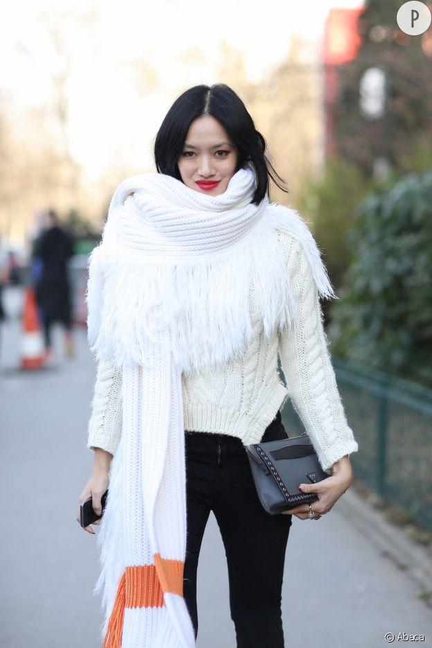 L'écharpe et le gros pull en maille blanc font bon ménage cet hiver.