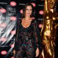 Pour la touche luxe, elle a complété sa tenue avec des chaussures Louboutin et un sac Yves Saint Laurent.