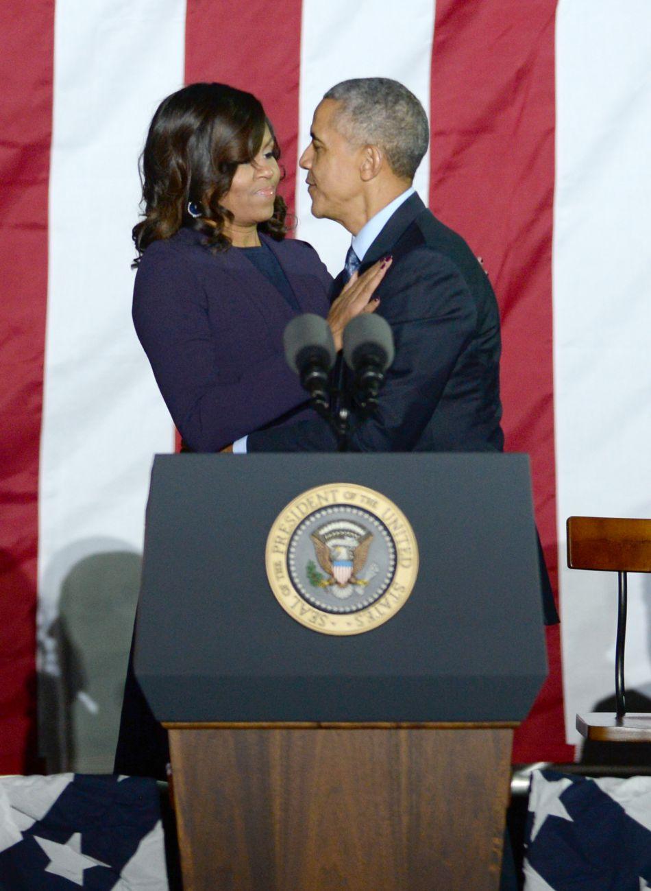 Pour l'occasion, la First Lady portait une tenue sobre et des cuissardes en daim.