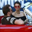 Le top Kendall Jenner sexy dans sa Ford Mustang
