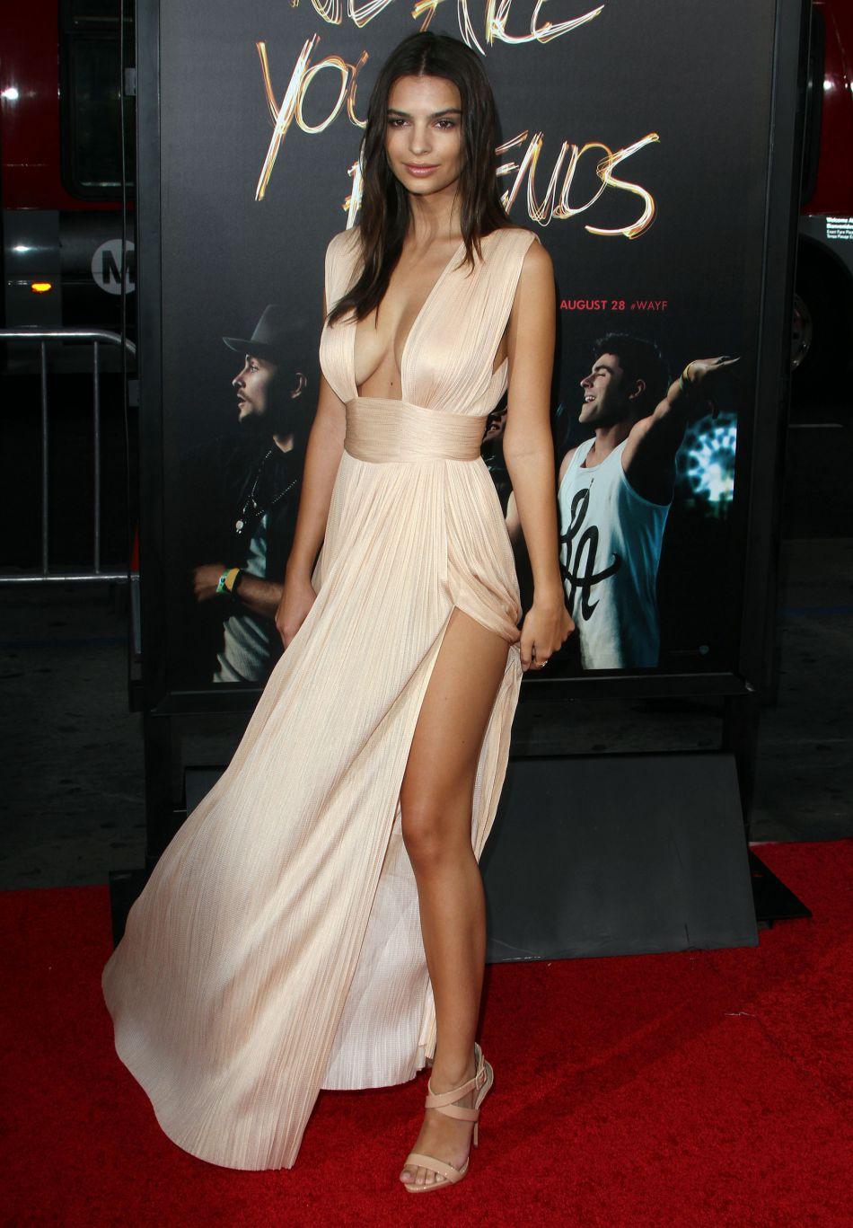 L'actrice est vêtue d'un body en dentelle noire plutôt transparent et d'un jean taille haute.