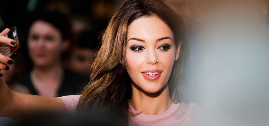 Nabilla : sexy en manteau rouge à Londres