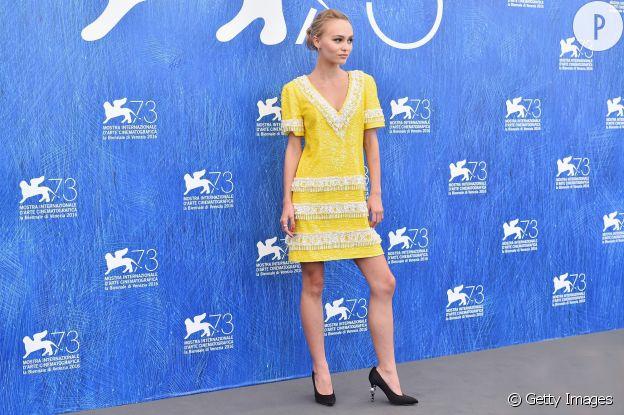 Lily Rose Depp en robe jaune est tout simplement époustouflante.