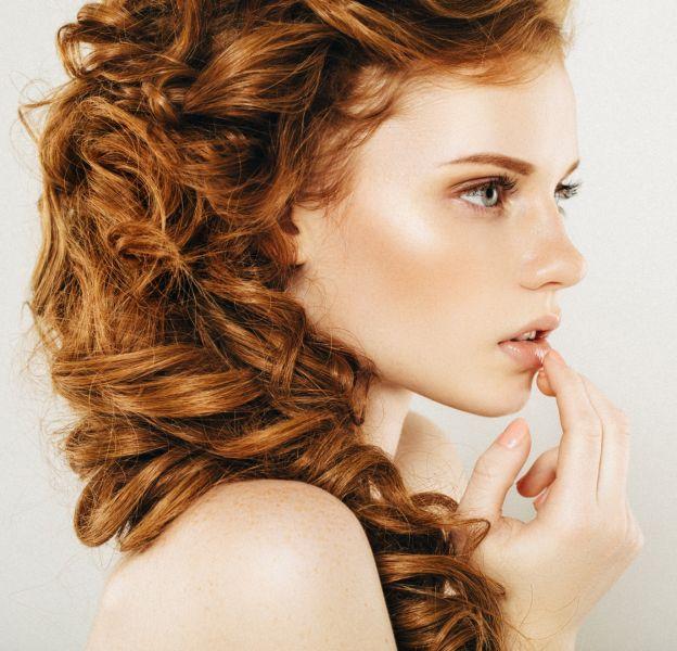 3 coiffures inratables pour les cheveux bouclés.