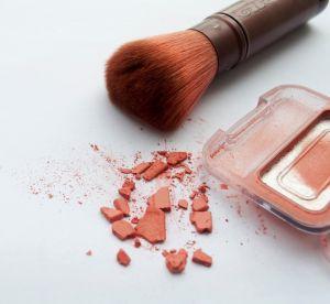 Maquillage : les gestes à adopter et à bannir pour bien appliquer son blush
