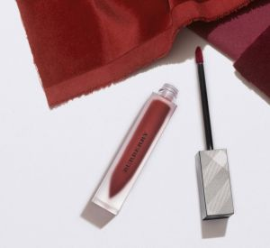 Le lipstick Burberry est très chic.