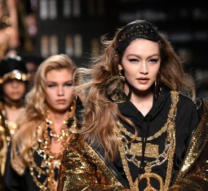 Gigi Hadid porte le masque de nuit en headband : flop ou coup de génie ?