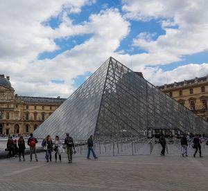 Une influenceuse refoulée du Louvre pour sa tenue trop dénudée : notre avis