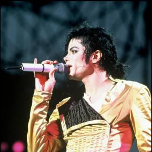 Michael Jackson porte un body satiné sur un pantalon, se moquant des codes vestimentaires. La star qui a toujours voulu innover, a souvent pioché ses idées de look dans les vestaires féminins.