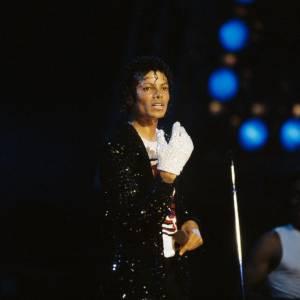 """Dans les années 80, Michael Jackson apparaît sur scène avec un seul  gant blanc couvert de plus de 1000 paillettes. Il lance alors la tendance du gant unique. Beaucoup lui ont demandé pourquoi il ne portait qu'un seul gant, il repondait simplement : """"parce que c'est plus cool que deux""""."""