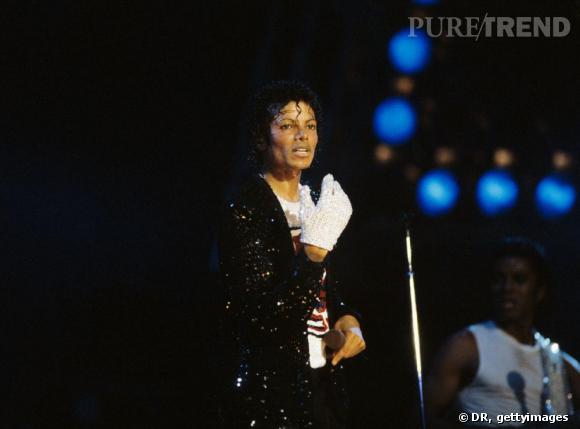 """Dans les années 80, Michael Jackson apparaît sur scène avec un seul  gant blanc couvert de plus de 1000 paillettes. Il lance alors la tendance du gant unique. Beaucoup lui ont demandé pourquoi il ne portait qu'un seul gant, il repondait simplement : """" parce que c'est plus cool que deux""""."""