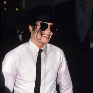 Aussi célèbre que son moonwalk, Michael Jackson ne se séparait presque plus de son Borsalino. Inspiré par Fred Astaire, Michael Jackson portait son Borsalino depuis l'enfance. Il en fit sa marque de fabrique dans les années 80, après avoir rendu fou son public en faisant de son chapeau un accessoire de danse.
