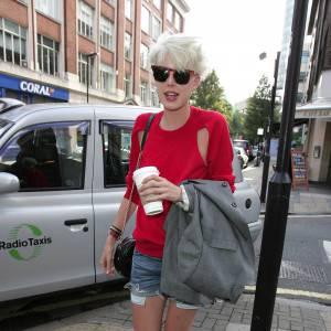 La it-girl Agyness Deyn offre une dimension plus urbaine aux soquettes blanches associées à un short en jean. Un accessoire sage pour un look rock façon british.
