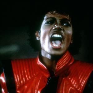 Michael Jackson inaugure la veste de cuir rouge et noire pour le mythique clip Thriller.