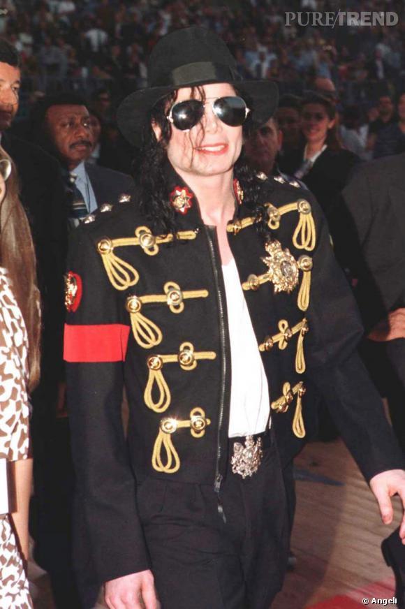 Michael Jackson portait énormément de vestes napoléoniennes qu'elles soient à sequin, en satin ou en coton. Le roi de la pop, très bon client de la marque Balmain, aurait d'ailleurs inspiré Christophe Decarnin pour sa dernière collection de vestes militaires.
